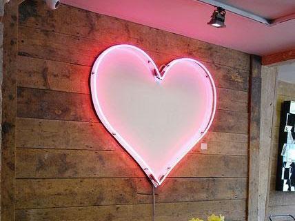 neon-art-personalizzati-scritta-luminosa-cuore-muro