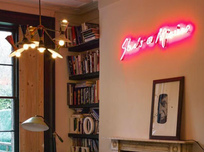neon-art-personalizzati-scritta-luminosa-corsivo-muro