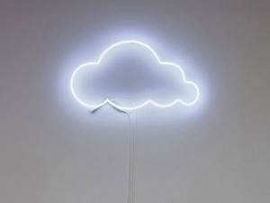 neon-art-personalizzati-scritta-luminosa-nuvola-muro
